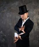 Hombre del ilusionista con la fan de las tarjetas Imagenes de archivo
