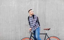 Hombre del inconformista con la bici y la mochila fijas del engranaje fotos de archivo libres de regalías