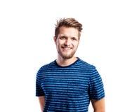 Hombre del inconformista en la camiseta azul rayada, tiro del estudio, aislado Imagenes de archivo