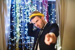 Hombre del inconformista que celebra Noche Vieja, bailando Imagen de archivo libre de regalías