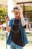 Hombre del inconformista que se coloca en música que escucha de la calle de la ciudad Imagenes de archivo
