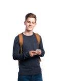 Hombre del inconformista que sostiene el smartphone, haciendo llamada de teléfono Aislado Imagenes de archivo