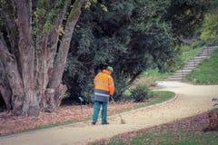 Hombre del jardinero en parque foto de archivo libre de regalías