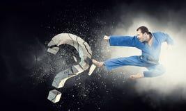 Hombre del karate en la acción Técnicas mixtas Imagenes de archivo
