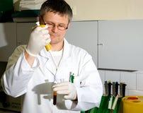 Hombre del laboratorio Imágenes de archivo libres de regalías