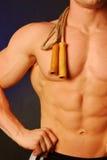 Hombre del músculo con la cuerda de salto Foto de archivo libre de regalías