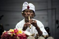 Hombre del músico de la calle del Balinese imagen de archivo