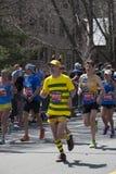Hombre del maratón 2014 de Boston vestido como abeja gigante Foto de archivo