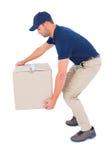 Hombre del mensajero que coge la caja de cartón Imagen de archivo libre de regalías