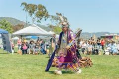 Hombre del nativo americano en regal?a llena en el Powwow 2019 del d?a de Chumash y la reuni?n entre tribus en Malibu, CA fotografía de archivo libre de regalías