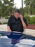 Hombre del nativo americano que habla en el teléfono celular fotos de archivo libres de regalías