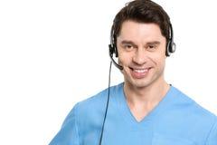 Hombre del operador de centro de atención telefónica en médico Fotos de archivo libres de regalías