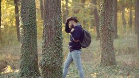 Hombre del otoño con humor otoñal El ir de excursi?n en el parque Concepto de la forma de vida Gente activa Sue?os de la ca?da de metrajes