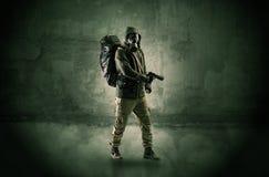 Hombre del peligro delante de una pared desmenuzable imagen de archivo libre de regalías