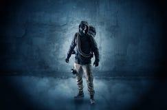 Hombre del peligro delante de una pared desmenuzable fotografía de archivo