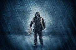 Hombre del peligro delante de una pared desmenuzable foto de archivo