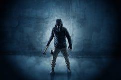 Hombre del peligro delante de una pared desmenuzable fotos de archivo