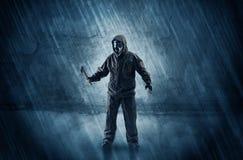 Hombre del peligro delante de una pared desmenuzable imagen de archivo