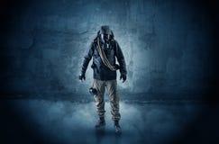Hombre del peligro delante de una pared desmenuzable foto de archivo libre de regalías