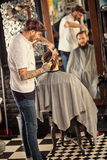 Hombre del peluquero en el trabajo Fotografía de archivo