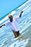 Hombre del pescador de Gambiaan que trae la captura del día fotos de archivo libres de regalías
