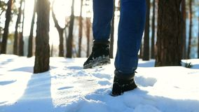 Hombre del pie de la nieve que camina almacen de video