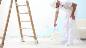 Hombre del pintor en el trabajo con el cepillo, concepto de la pintura de pared, fondo blanco almacen de video