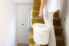 Hombre del pintor que trabaja en las paredes blancas de una pintura de casa fotografía de archivo libre de regalías
