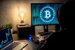 Hombre del pirata informático que usa el ordenador para la moneda digital que lava plancha imágenes de archivo libres de regalías