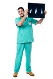 Hombre del radiólogo que comprueba la radiografía foto de archivo libre de regalías