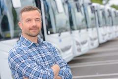 Hombre del retrato con los autobuses de la flota imagen de archivo libre de regalías