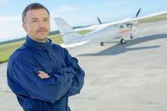 Hombre del retrato en el aeródromo Fotografía de archivo