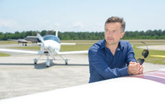 Hombre del retrato en el aeródromo Imágenes de archivo libres de regalías