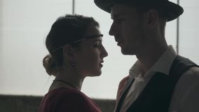 Hombre del retrato en sombrero del sombrero de ala, trajes cl?sicos y mujer en el baile del pa?o del estilo en lugar sucio almacen de video