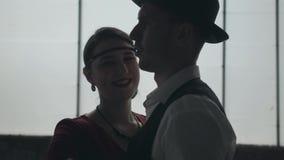 Hombre del retrato en sombrero del sombrero de ala, trajes cl?sicos y mujer en el baile del pa?o del estilo en lugar sucio almacen de metraje de vídeo