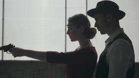 Hombre del retrato en sombrero del sombrero de ala, trajes cl?sicos y mujer en el baile del pa?o del estilo en lugar sucio Abando almacen de video