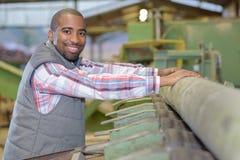 Hombre del retrato que trabaja en serrería imagenes de archivo