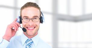 Hombre del servicio de atención al cliente con el fondo brillante en centro de atención telefónica imagenes de archivo
