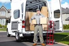 Hombre del servicio postal de la entrega. Fotografía de archivo