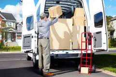 Hombre del servicio postal de la entrega. Foto de archivo