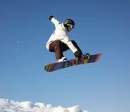 Hombre del snowboard de la mosca Fotos de archivo