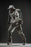 Hombre del soldado de las fuerzas especiales con la ametralladora en un fondo oscuro Fotos de archivo libres de regalías