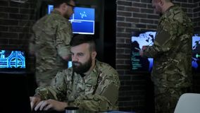 Hombre del soldado del retrato en uniforme, en jefaturas militares, las TIC metrajes