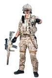 Hombre del soldado que sostiene el lanzamiento de la ametralladora Imagen de archivo libre de regalías