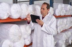 Hombre del supervisor de Warehouse en fábrica de la moda fotos de archivo libres de regalías