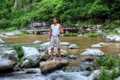 Hombre del superviviente en el río de la selva Fotos de archivo