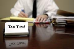 Hombre del tiempo del impuesto en el escritorio fotografía de archivo libre de regalías