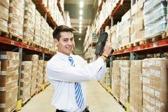 Hombre del trabajador con el escáner del código de barras del almacén Imagen de archivo libre de regalías