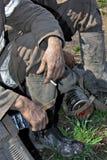 Hombre del trabajador con las manos sucias Fotografía de archivo libre de regalías