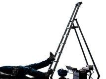 Hombre del trabajador manual del accidente que cae de silueta de la escalera Imagen de archivo libre de regalías